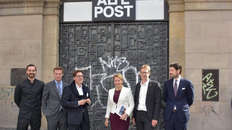 Bezirk und Investor Hand in Hand: Neuköllns Bürgermeisterin Giffey (SPD) mit Baustadtrat Biedermann (Grüne) und den Investoren der Commodus-Gruppe vor der Alten Post (Foto: BZ / Sven Meissner)